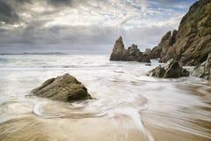 Strand met water en rotsen Royalty-vrije Stock Fotografie