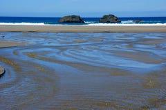Strand met waterpatronen op het zand Stock Afbeeldingen