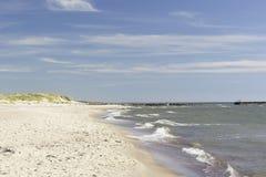 Strand met wit zand Stock Afbeeldingen