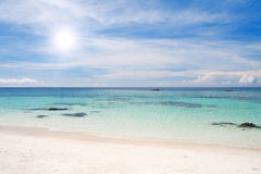 Strand met witte zand en overzees royalty-vrije stock foto's