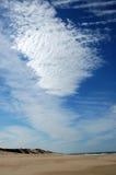 Strand met wolken royalty-vrije stock afbeelding