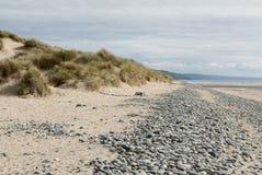 Strand met zand, kiezelstenen en duinen Royalty-vrije Stock Afbeeldingen