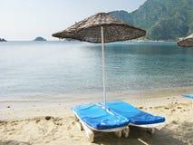Strand met zon-tenten en zon-bedden Stock Foto's