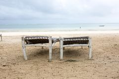 Strand met zonlanterfanters en een plaats voor rust bij zonsondergang Een beauti Royalty-vrije Stock Foto
