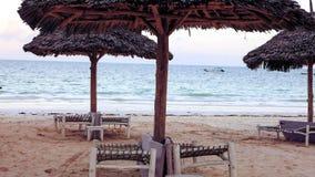 Strand met zonlanterfanters en een plaats voor rust bij zonsondergang Een beauti Stock Foto