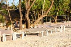 Strand met zonlanterfanters en een plaats voor rust bij zonsondergang Een beauti Royalty-vrije Stock Afbeelding