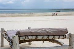 Strand met zonlanterfanters en een plaats voor rust bij zonsondergang Een beauti Royalty-vrije Stock Afbeeldingen
