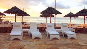 Strand met zonlanterfanters en een plaats voor rust bij zonsondergang Een beauti Royalty-vrije Stock Fotografie