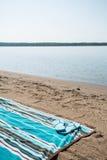 Strand-Michigansee mit blauem Badetuch und Flip Flops Stockbild