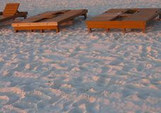 Strand-Mietklubsessel bei Sonnenuntergang stockfotos