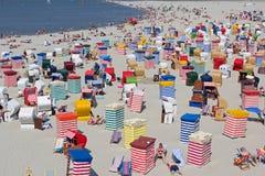 Strand mit Badzelten Stockfotos