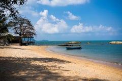 Strand mit blauem Wasser, Steinen und Booten in Pattaya, Thailand 4K lizenzfreie stockfotografie