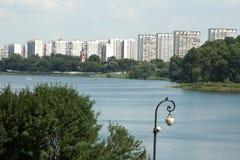 Strand mit Blick auf die Stadt Stockbilder