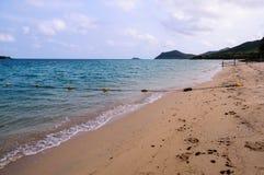 Strand mit Boje im Meer Stockfotografie