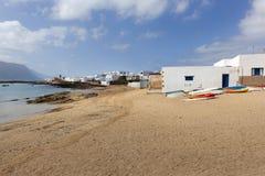 Strand mit Booten auf dem Sand und den weißen Häusern lizenzfreie stockfotos
