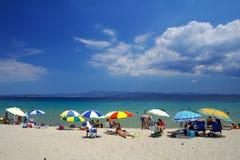 Strand mit bunten Regenschirmen Stockbilder