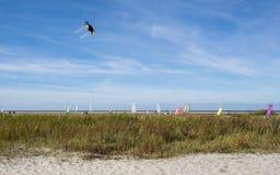 Strand mit Drachen bei Schiermonnikoog lizenzfreie stockfotos