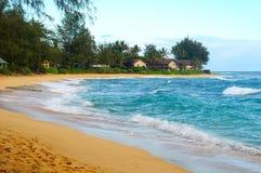 Strand mit Eigentumswohnungen Stockbild