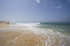 Strand mit einigen Personen Stockbilder
