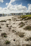 Strand mit Erholungsort und Wolken im Hintergrund Lizenzfreie Stockfotos