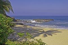 Strand mit Farbton durch den Pazifischen Ozean Lizenzfreie Stockfotos