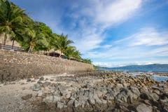 Strand mit Felsen in Anilao, Batangas Lizenzfreie Stockbilder