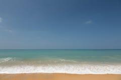 Strand mit gelbem Sand Lizenzfreie Stockfotografie