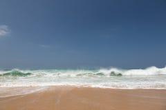 Strand mit gelbem Sand Lizenzfreie Stockfotos