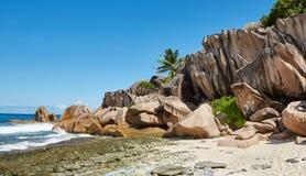 Strand mit großen Steinen Stockfotos