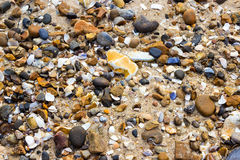 Strand mit Kieseln und Oberteilen Lizenzfreies Stockbild
