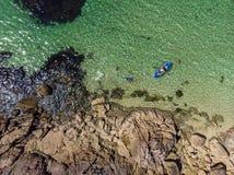 Strand mit Kristall - freies Wasser lizenzfreie stockbilder