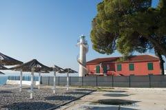 Strand mit Leuchtturm in Zadar lizenzfreies stockfoto