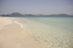 Strand mit Meer Lizenzfreies Stockbild