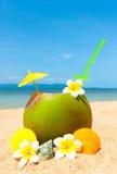 Strand mit Palme und und exotischem coctail stockfoto