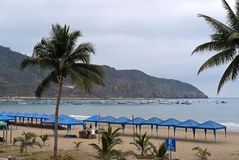 Strand mit Palmen und Booten auf Hintergrund Lizenzfreie Stockbilder