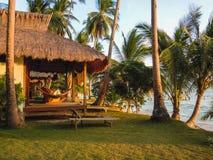 Strand mit Palmen und touristischem Haus stockfotos