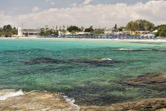 Strand mit Sonnenbetten Lizenzfreies Stockbild