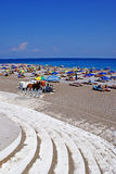 Strand mit Sonnenschirmen Lizenzfreies Stockfoto