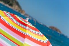 Strand mit Sonnenschirmen Stockfotografie