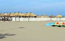 Strand mit Sonnenschirmen in Torremolinos, Spanien stockfotografie