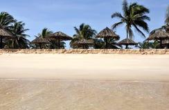 Strand mit Sonnenschutz Stockfotografie