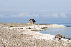 Strand mit Stein und einem Haus Stockbild