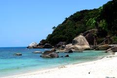 Strand mit Steinen Lizenzfreie Stockfotografie