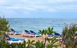 Strand mit Sunbeds Stockbild