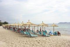 Strand mit sunbeds und Regenschirmen lizenzfreie stockfotos