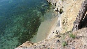 Strand mit transparentem Kristallwasser Stockfotografie
