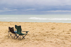 Strand mit zwei Stühlen Lizenzfreie Stockbilder