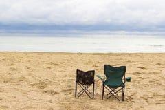 Strand mit zwei Stühlen lizenzfreie stockfotografie