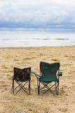 Strand mit zwei Stühlen Stockfotos