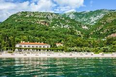 Strand in Montenegro - hotel in het strand van de Koninginnen, Budva. Royalty-vrije Stock Afbeelding